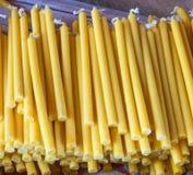 Candele gialle di mucchio Fotografie Stock Libere da Diritti