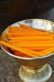 Candele gialle nel tempio. Fotografia Stock