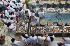 Candele leggere della gente al tempio buddista durante la celebrazione religiosa di Vesak a Colombo, Sri Lanka Fotografia Stock Libera da Diritti