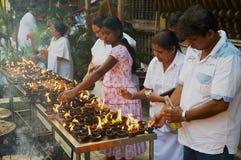 Candele leggere della gente al tempio buddista durante la celebrazione religiosa di Vesak a Colombo, Sri Lanka Immagini Stock