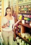 Candele multicolori di compera della donna felice Fotografie Stock