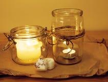 Candele nella cucina di legno di concetto romantico bruciante di vetro di celecration Immagini Stock Libere da Diritti
