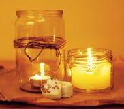 Candele nella fine di legno della cucina di concetto romantico bruciante di vetro di celebrazione su Fotografia Stock