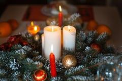 Candele nelle decorazioni di Natale Immagine Stock