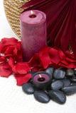 Candele, pietre e petali della stazione termale Fotografia Stock Libera da Diritti