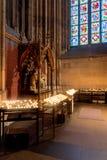 Candele pregare e del posto dell'altare nella cattedrale di Colonia Immagine Stock