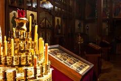 Candele prima dell'altare nella chiesa Immagini Stock