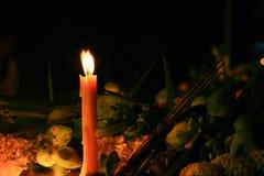Candele rituali che fiancheggiano con l'incenso, il loto ed altri fiori fotografie stock libere da diritti