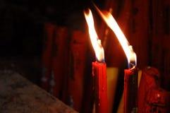 Candele rosse brucianti contro un fondo scuro Immagine Stock Libera da Diritti