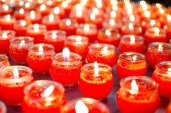 Candele rosse della sfuocatura negli ambiti di provenienza di vetro Immagine Stock Libera da Diritti