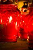 Candele rosse nel cimitero mentre Ognissanti immagini stock