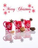 Candele rosse, supporti di candela con i fiocchi di neve di cristallo, canne da zucchero, stelle dell'anice e dadi, isolati sul b Fotografie Stock