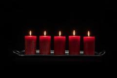 Candele rosse in una combustione di fila Fotografie Stock Libere da Diritti