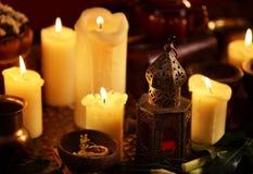 Candele sensuali della lozione dell'unto delle mani con la lampada dell'aroma Fotografia Stock
