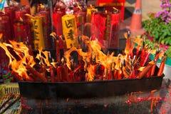 Candele su un altare buddista per il nuovo anno cinese Immagine Stock Libera da Diritti