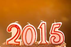 2015 candele su un dolce di cioccolato alla luce solare Fotografia Stock Libera da Diritti