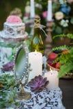 Candele su una tavola decorata Fotografie Stock Libere da Diritti