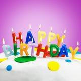 Candele su una torta di compleanno Immagini Stock