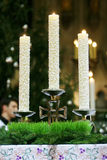 Candele sull'altare della chiesa Immagini Stock Libere da Diritti