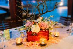 Candele sulla tavola di nozze ad un banchetto Fotografie Stock Libere da Diritti