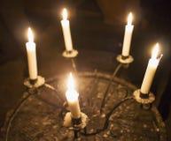Candele in un candelabro fotografie stock libere da diritti