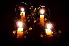 Candele in un candeliere su un fondo nero fotografie stock