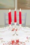 Candele in un candeliere su una tabella Immagine Stock