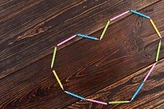 Candele variopinte che formano forma del cuore Fotografia Stock