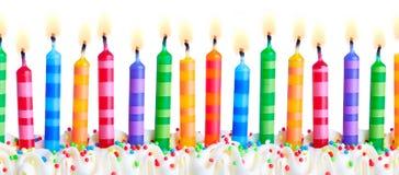 Candele variopinte della torta di compleanno fotografia stock libera da diritti