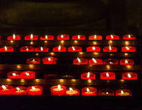 Candele votive in chiesa Immagini Stock