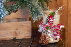 Candelero blanco adornado con el cono del pino y el árbol de navidad inferior ashberry rojo en fondo de madera Imagen de archivo libre de regalías