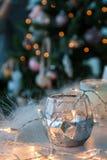 Candelero con las luces de la Navidad y la luz atmosférica en fondo Fotografía de archivo libre de regalías