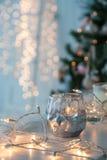 Candelero con las luces de la Navidad y la luz atmosférica en fondo Imagenes de archivo