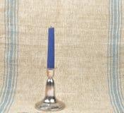 Candelero en el fondo de lino foto de archivo