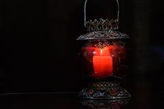Candelero rojo en fondo negro Imagen de archivo libre de regalías