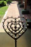 Candelero votivo en forma de corazón en patio Imagen de archivo libre de regalías
