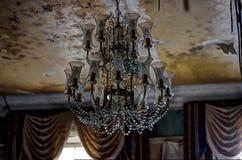 Candeliere alla casa padronale abbandonata Fotografia Stock