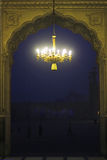 Candeliere antico del soffitto nella moschea di Badshahi immagine stock