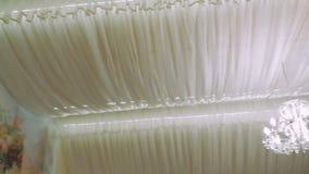 Candeliere bianco nel ristorante sulle nozze di festa video d archivio