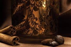 Candeliere con gli ornamenti, la cannella ed il caffè Immagine Stock Libera da Diritti