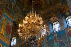 Candeliere con i candelieri nella cattedrale Immagini Stock