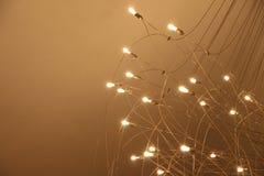 Candeliere con molte lampadine su fondo rosso fotografie stock libere da diritti