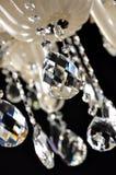 Candeliere a cristallo che appende sui ceilingCrystals del candeliere moderno Fuoco selettivo Fotografie Stock Libere da Diritti