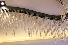 Candeliere a cristallo che pende dal soffitto fotografia stock libera da diritti