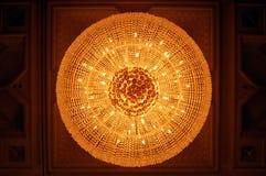 Candeliere a cristallo con luce calda Fotografie Stock Libere da Diritti