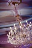 Candeliere a cristallo d'annata brillante nel ristorante Immagini Stock