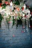 Candeliere a cristallo d'annata con i fiori Decorazione di cerimonia nuziale Immagini Stock Libere da Diritti