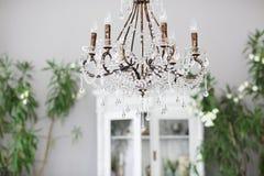 Candeliere a cristallo nell'interno della sala Fotografie Stock Libere da Diritti