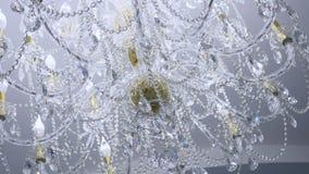 Candeliere a cristallo nello splendere classico della stanza stock footage