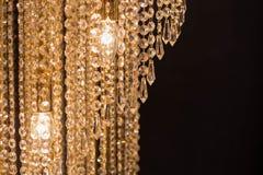Candeliere a cristallo sui precedenti neri Immagine Stock